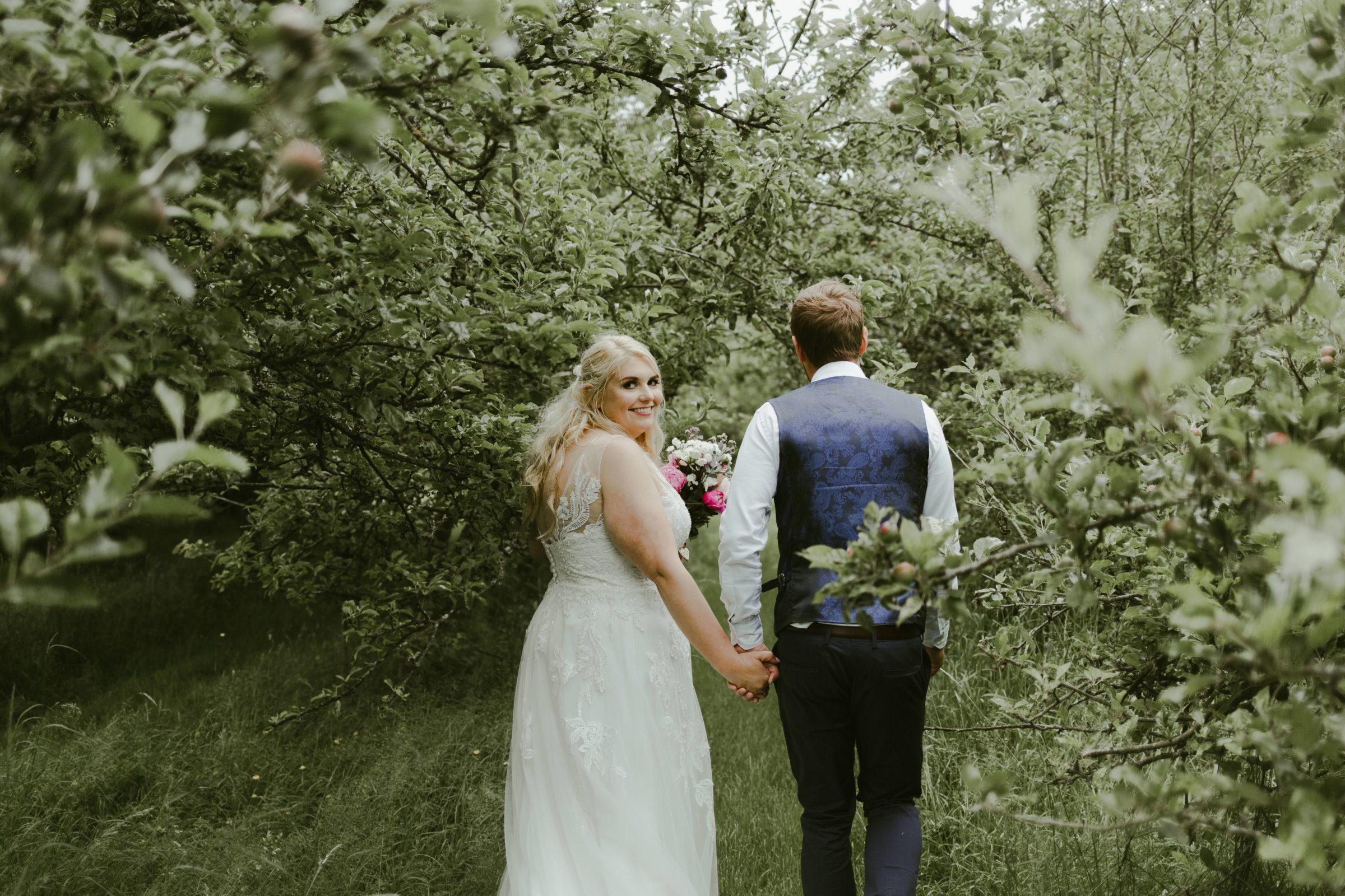 garden-english-wedding-marquee-photographer-uk-surrey-DIY-photography
